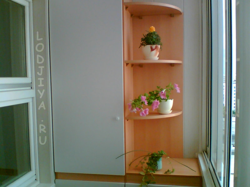 Угловой шкаф в лоджию
